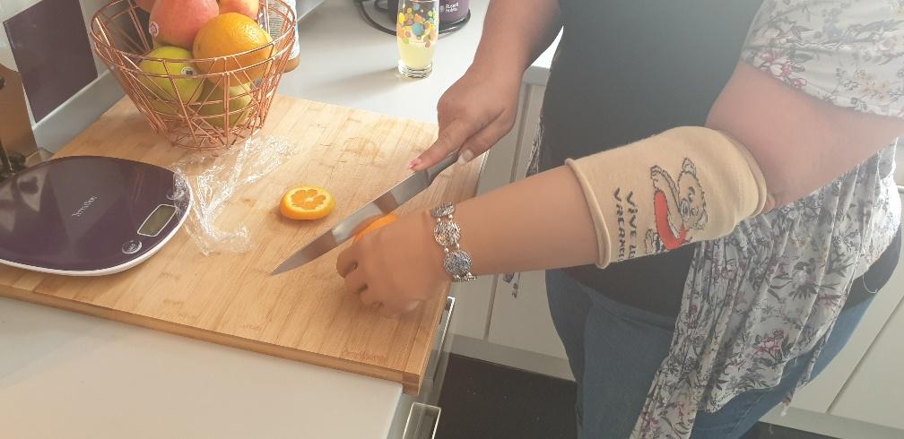 Découper une orange, c'est bien plus simple avec une prothèse myo-électrique